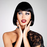 塑造一名美丽的深色的妇女的照片有射击发型的。 免版税库存图片