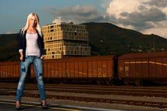 塑造一名逗人喜爱的妇女的射击铁路的 库存图片