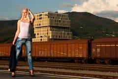 塑造一名逗人喜爱的妇女的射击铁路的 库存照片