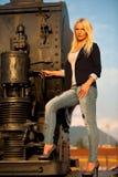 塑造一名逗人喜爱的妇女的射击铁路的 免版税库存照片