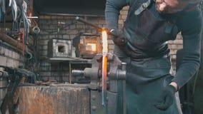 塑造与一把锤子的钉马掌铁匠热的钢在伪造 图库摄影