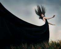 塑造与室外长的吹的头发的女性模型 免版税库存照片