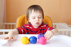 塑造与彩色塑泥的婴孩 免版税库存照片