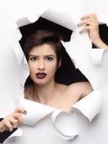 塑造与黑眼睛的惊奇的式样女孩画象 免版税图库摄影