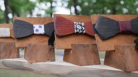 塑造人` s样式,男性的,辅助部件手工制造在立场,行家的,木弓衣裳原始的森林弓领带 影视素材