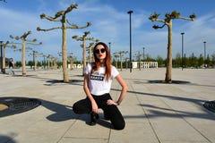 塑造佩带的太阳镜的时髦的少妇 时尚照片写真 免版税库存照片
