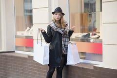 塑造俏丽的女孩射击在销售购物中的 免版税库存图片