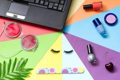 塑造化妆用品秀丽摘要生活方式与笔记本和辅助部件的博克背景 库存图片