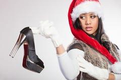 塑造圣诞老人帽子的妇女有高跟鞋鞋子的 免版税库存照片