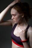 塑造在一个女孩的档案的画象体育上面的在黑暗的背景 库存照片