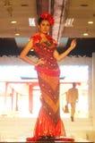 塑造在佩带中国蜡染布收藏的时装表演 免版税库存图片
