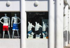 塑造在基韦斯特岛白色艺术装饰的所有白色男性maniquins游泳衣称呼了灰泥商店 图库摄影