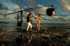 塑造在摆在空的海滩的比基尼泳装在日落期间 库存照片