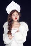 塑造在斯拉夫语专属设计衣裳的俄国女孩模型  免版税图库摄影