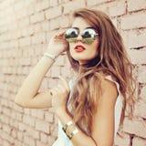 塑造夏天行家妇女佩带的sunglas室外画象  免版税库存图片
