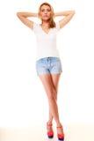 塑造夏天 相当牛仔布短裤的性感的女孩 免版税库存照片