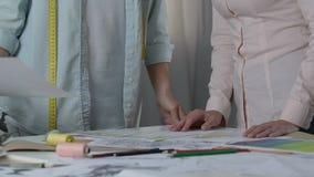 塑造妇女批准颜色和模型事件礼服汇集的女装设计师 股票录像