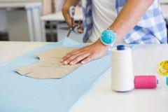 塑造学生与剪刀的切口织品 图库摄影