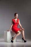 塑造少妇照片红色礼服的 库存图片