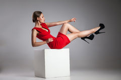 塑造少妇照片红色礼服的 库存照片