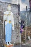 塑造巨大的佛教雕象的工作者 免版税图库摄影