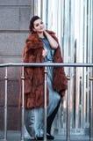 塑造性感的魅力妇女室外照片有戴着豪华皮大衣和皮手套的黑发的,摆在 库存图片
