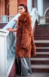 塑造性感的魅力妇女室外照片有戴着豪华皮大衣和皮手套的黑发的 图库摄影