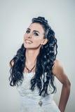 塑造愉快的美丽的深色的微笑的新娘画象  免版税库存照片