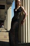 塑造户外美好的妇女设计纵向在豪华黑色有花边的礼服的 图库摄影