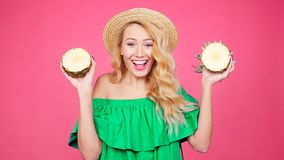 塑造拿着两个大甜菠萝的年轻俏丽的妇女夏天画象  影视素材