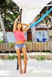 塑造摆在海滩的一个美好的女性模型的画象- 库存图片