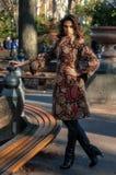 塑造摆在秋天公园的性感的魅力妇女室外照片  免版税库存图片