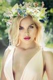塑造有完善的皮肤的春天夏天白肤金发的妇女 库存照片