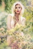 塑造有完善的皮肤的春天夏天白肤金发的妇女 免版税图库摄影