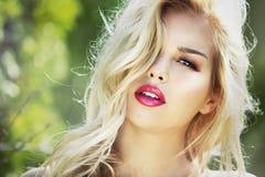 塑造有完善的皮肤的春天夏天白肤金发的妇女 免版税库存照片
