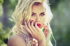 塑造有完善的皮肤的春天夏天白肤金发的妇女 库存图片