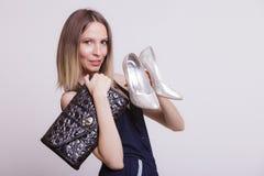 塑造有皮革提包和高跟鞋的妇女 免版税库存图片
