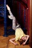 塑造服装的白种人芭蕾舞女演员在螺旋形楼梯 免版税图库摄影