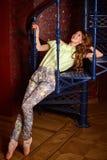 塑造服装的白种人芭蕾舞女演员在螺旋形楼梯 免版税库存图片