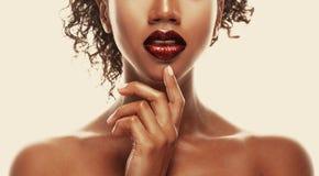 塑造构成 嘴唇非裔美国人的少妇特写镜头  免版税库存照片