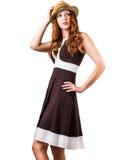 塑造棕色在白色隔绝的礼服和帽子的妇女 库存照片