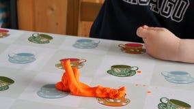 塑造橙色黏土的孩子 影视素材