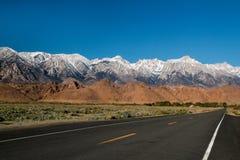 塑造死亡谷沙漠,高速公路旅行风景视图的西部墙壁Panamint范围高山在加利福尼亚 免版税图库摄影