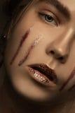塑造深色的白肤金发的有时髦的秀丽女孩照片  免版税库存图片