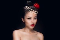 塑造演播室被射击有减速火箭的ha的美丽的年轻亚裔妇女 免版税库存照片