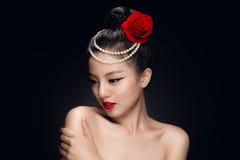 塑造演播室被射击有减速火箭的ha的美丽的年轻亚裔妇女 图库摄影