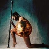 塑造演播室被射击装甲的美丽的妇女 库存图片
