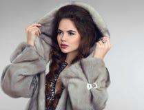 塑造灰色皮大衣的,夫人画象妇女 豪华魅力美国兵 免版税库存图片