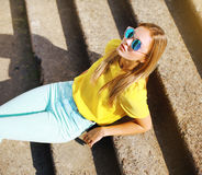 塑造照片摆在城市的太阳镜的时髦的妇女 库存照片