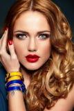 塑造特写镜头性感时髦白肤金发与红色嘴唇 库存照片